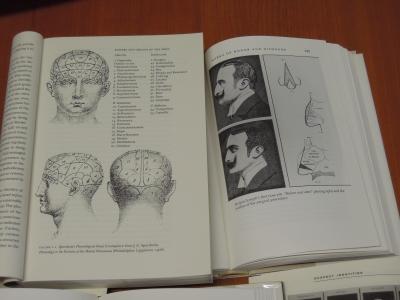 左は、19世紀にヨーロッパ~アメリカで流行した(疑似)科学である、「骨相学」の著作からの図版。右は、19世紀末の整形技術について論じた著作から(写真5の左側も同様)