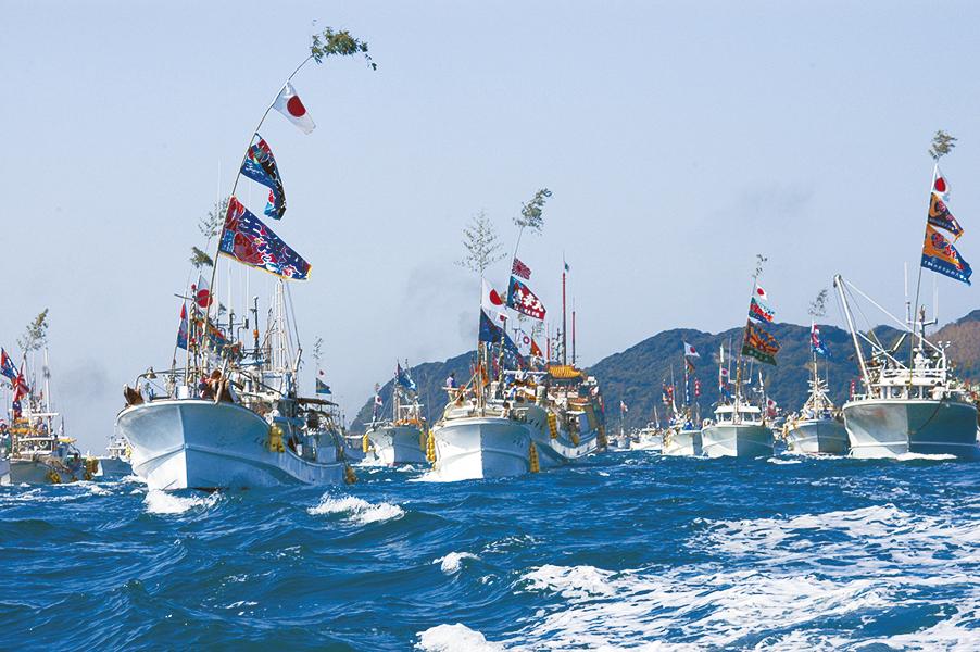 みあれ祭の様子。地元漁師の船が御霊を取り囲み、地域一丸で本土へと運ぶ。