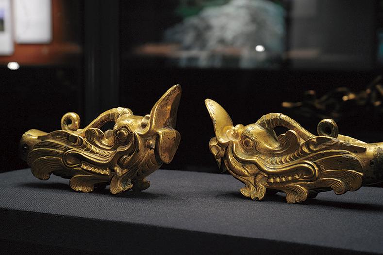 沖ノ島で出土した6世紀の龍頭。同時期に中国の石窟で描かれたものと酷似。