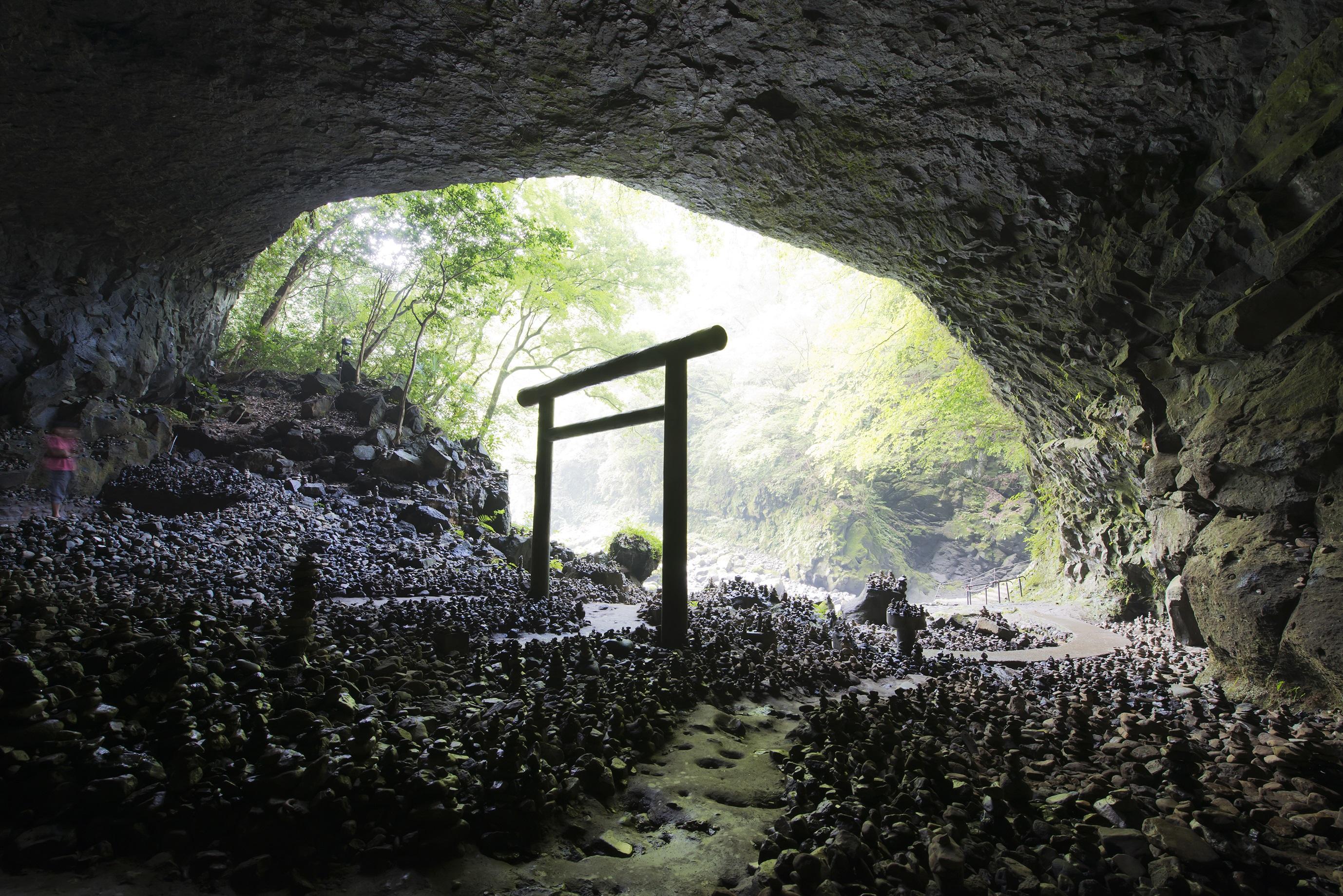 高千穂・天安河原 ~アマテラスが岩戸に隠れた際に、困り果てた八百万の神がこの河原に集まり神議をしたとされる。