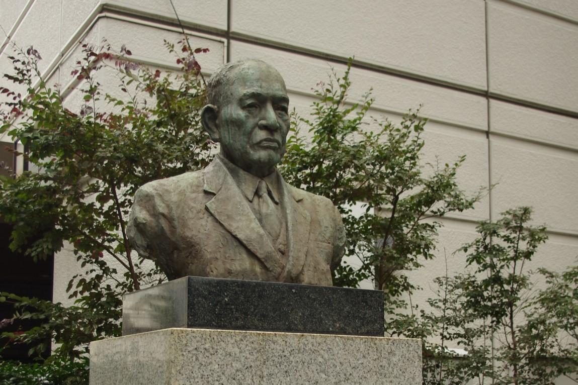 渋谷キャンパスの石川岩吉胸像