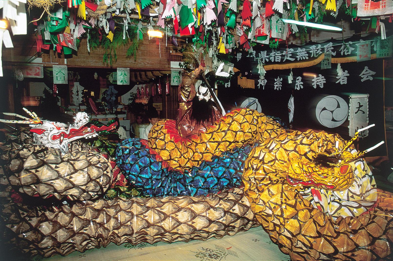 ヤマタノオロチ―島根県の石見神楽の演目「大蛇(おろち)」。スサノオが大蛇を退治する様子が再現される。