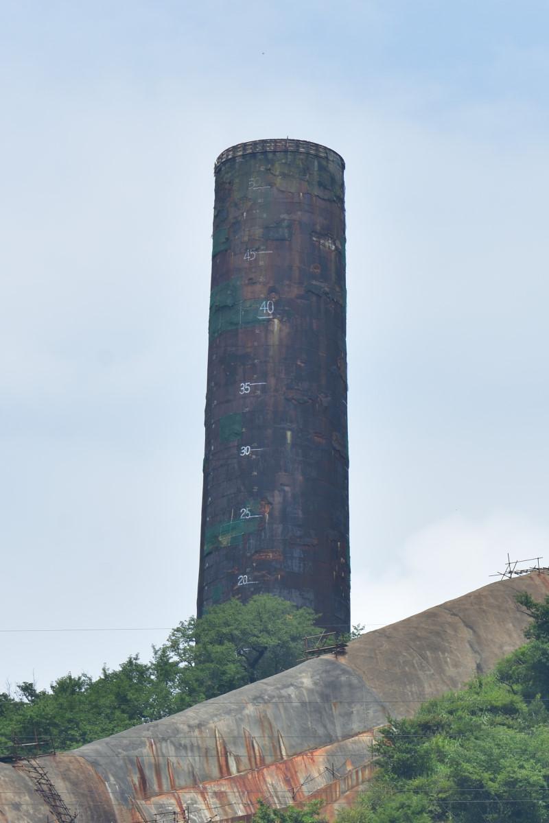 現在の日立鉱山の大煙突。もとは156mの高さがあったが、1993年に下3分の1を残して倒壊して、現在の姿に。