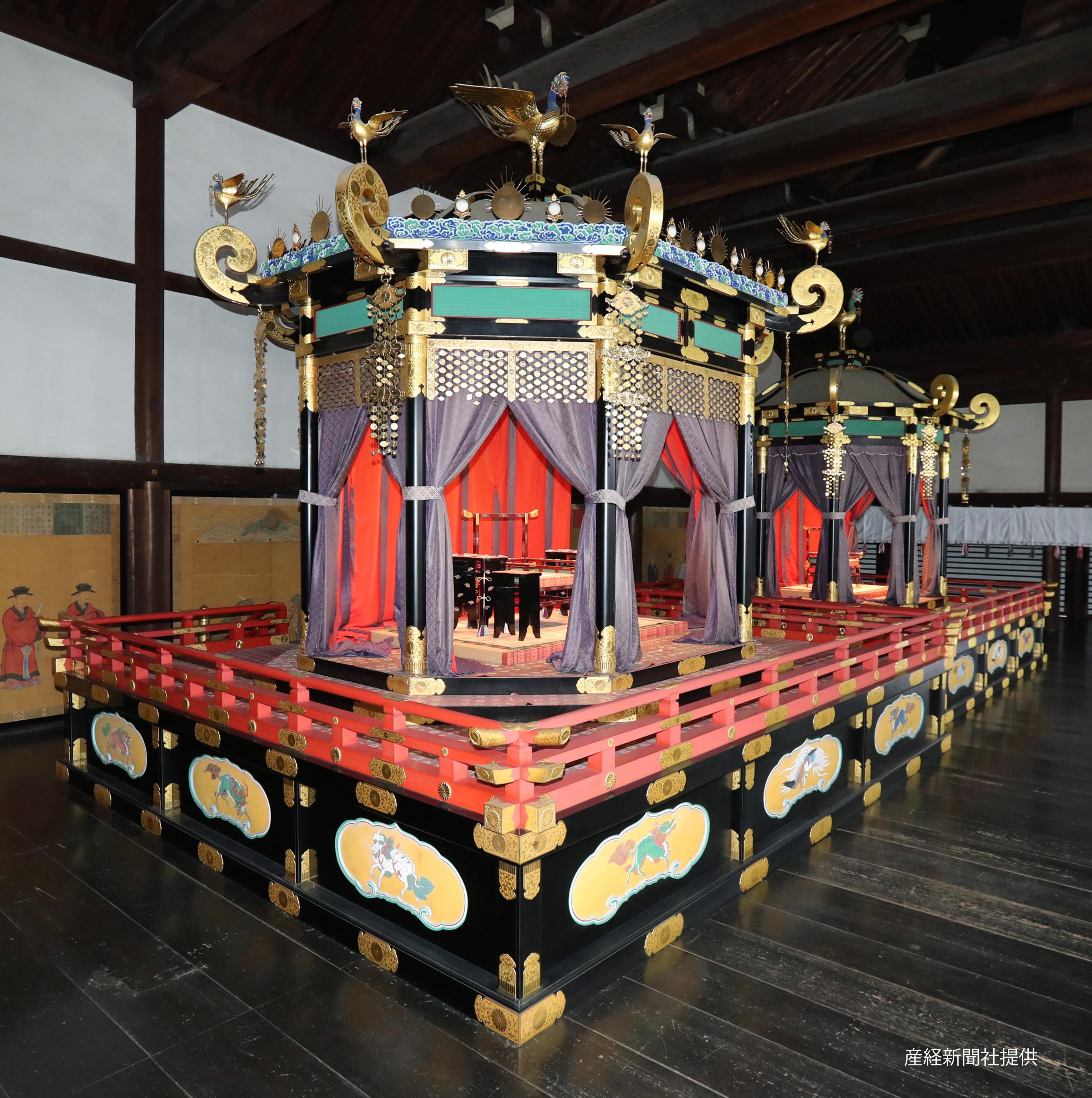 京都御所で公開された「高御座(たかみくら)」と「御帳台(みちょうだい)」。「即位礼正殿の儀」で新たに即位される天皇、皇后両陛下がお立ちになる