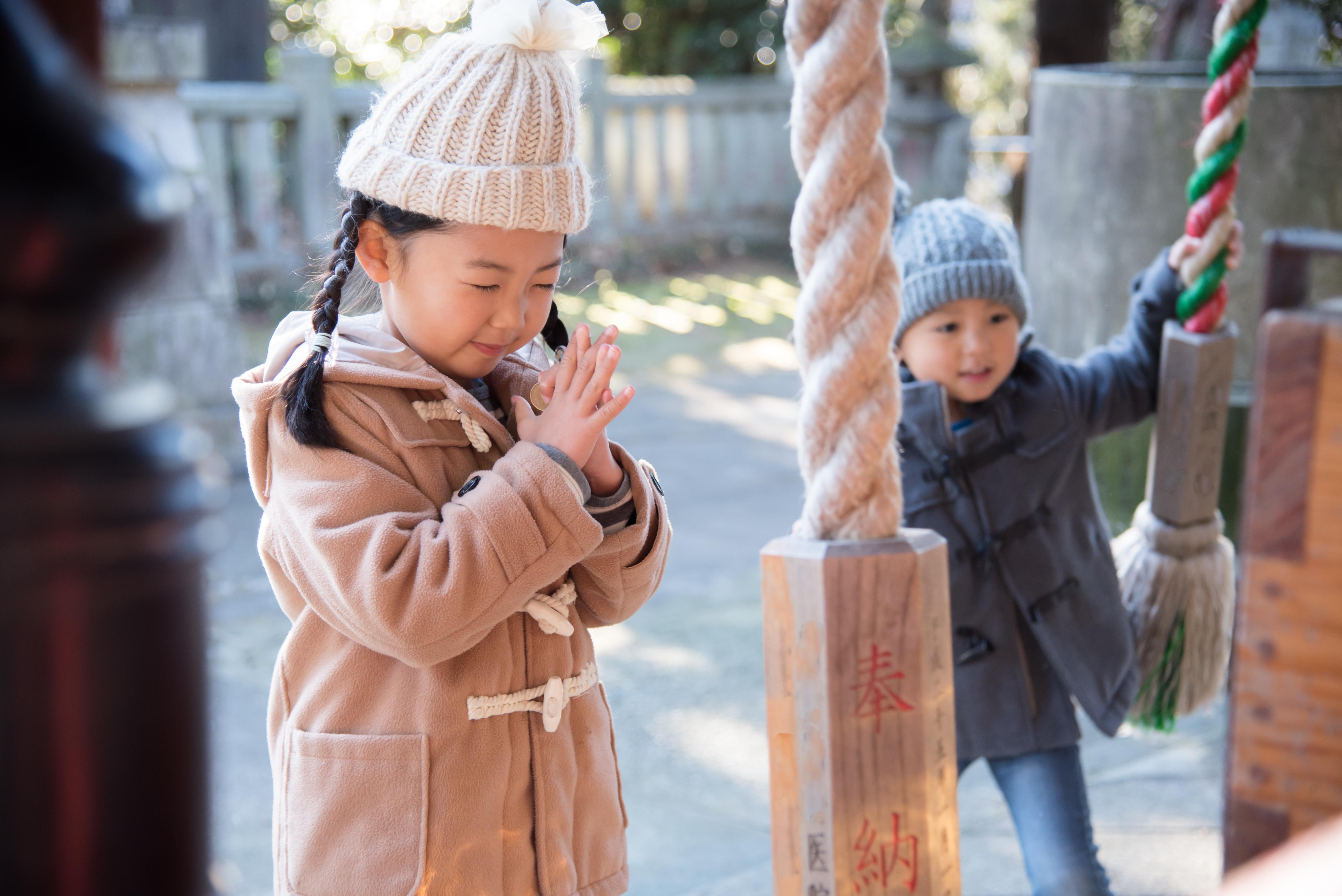 初詣をする子供
