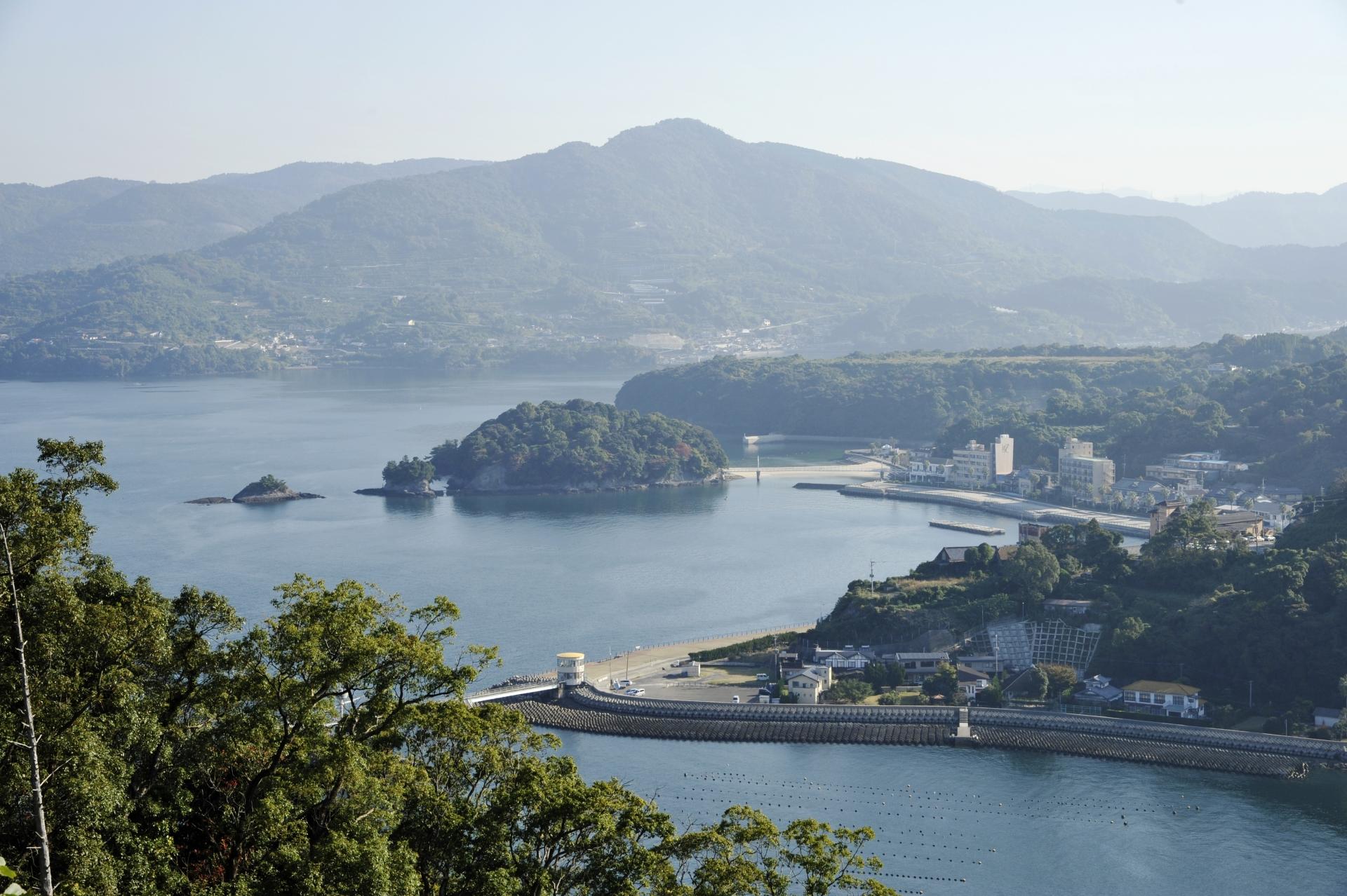 熊本県水俣市の、湯の児島と湯の児温泉。