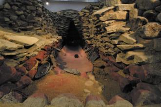 黒塚古墳ー展示館を併設。実際に埋められた鏡の様子を再現したレプリカがある。